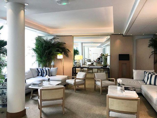 После продолжительных и насыщенный каникул, мы вернулись в эфир! 😬 На фото - лобби отеля Five Seas @fiveseashotel - расслабленная и элегантная атмосфера 👌 #fiveseashotelcannes #luxurylobby #lobbydesign #designhotel #frenchriviera #cotedazur #calming #дизайнлобби #дизайнотель #канны #красивыйотдых