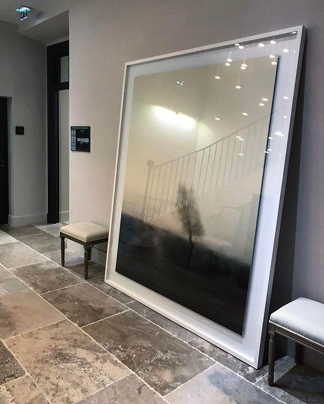 Масштаб картин и постеров, украшающих стены того или иного пространства может быть вполне внушительным, главное - чтобы размер помещения этому масштабу соответствовал. 😅 На фото один из коридоров отеля Domaine de Fontenille, в котором также расположен очень вкусный ресторан с одной звездой Мишлена, но об этом чуть позже. 😂 Всем бодрой недели!  #domainedefontenille #art #walldecoration #provence #travelling #desighhotel #smallluxuryhotels #fantasticplace #прованс #дизайнотель #искусствовечно #декорированиестен