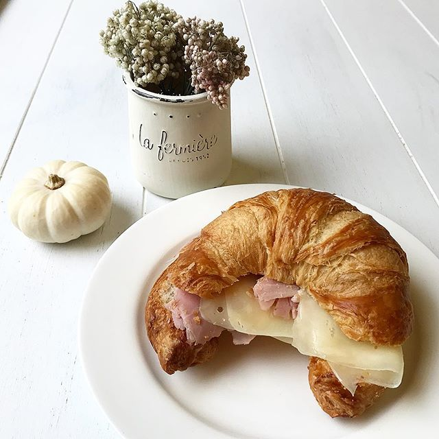 Enjoying a delicious Ham & Cheese Croissant 🥐 from @tartinery while I'm admiring the #diy decor - a painted @la_fermiere_us jar . . . . .  #friyay #breakfast #nyc #yum #foodphotography #foodblogger #nyceats #foodie