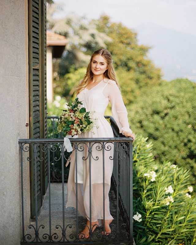 How beautiful are you @nastinhavienna💗 #bridalmakeup #bridalmorning #bymalino  Photographer @irena_balashko Organization @fairy_italy Floristry&decor @fiorigraphia Muah @malinobeauty Calligraphy @at_calligraphy Dress @solomiabridal  Ribbons&candels @_natureshades_ Location @villa_le_due_torrette