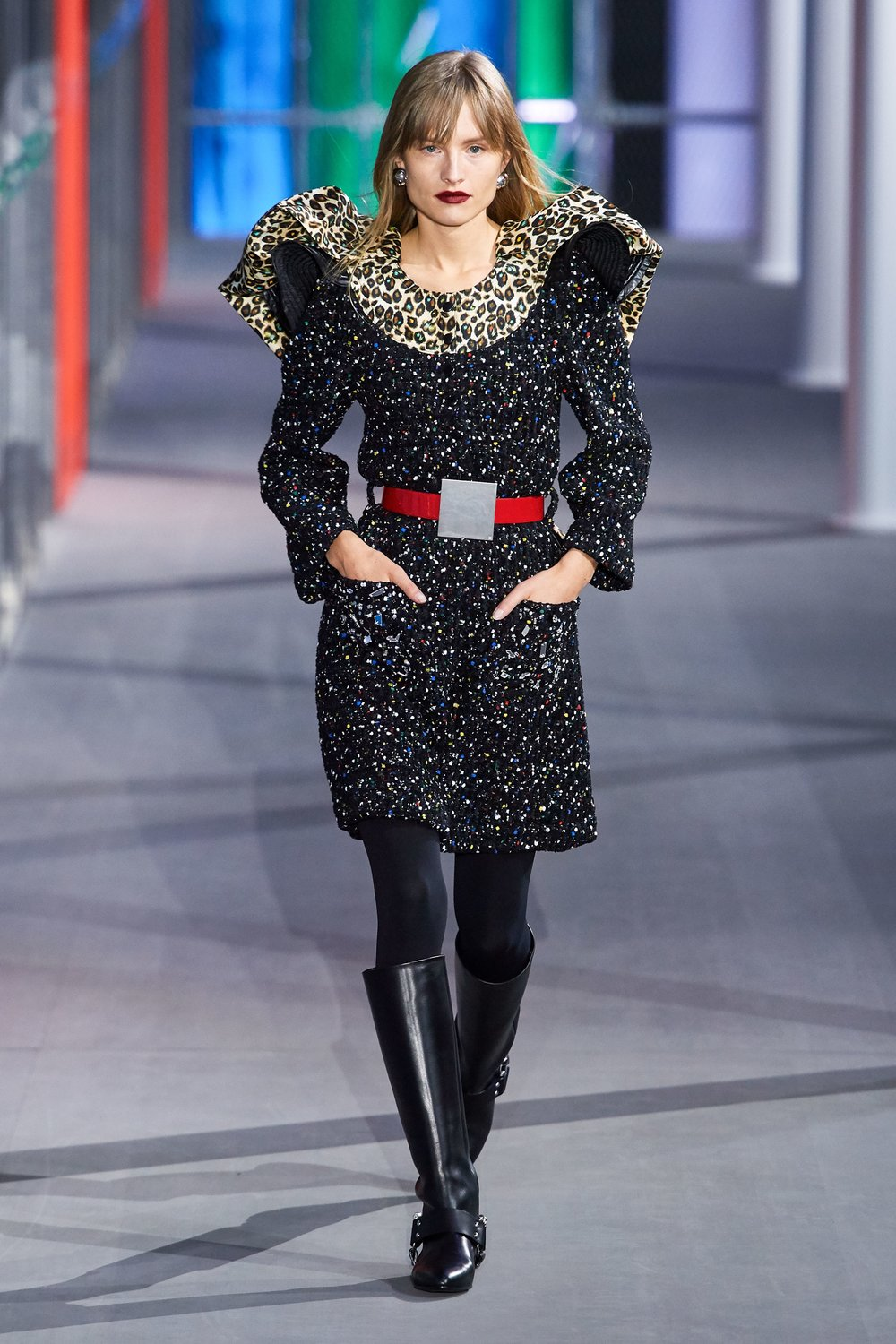 Shoulders - Emphasis on the shoulders in dresses and coats - Louis Vuitton