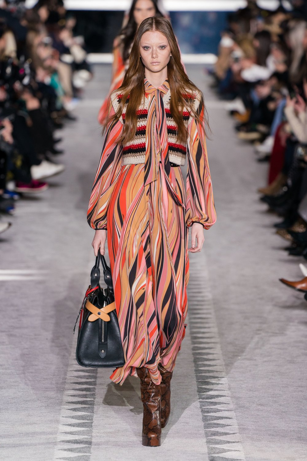 Pussy Bow - Strong focus on high necks and scarves across knits, shirts and dresses - Longchamp