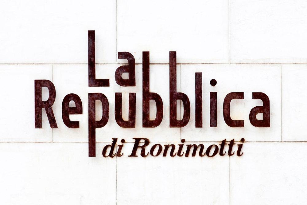 לה רפובלקה רוני מוטי מסעדה איטלקית שלט מסעדה