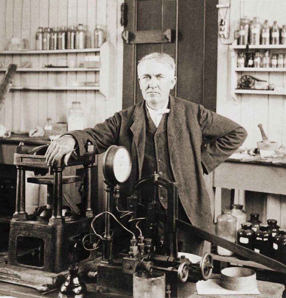 Thomas A. Edison (1847-1931)in zijn laboratorium in West Orange, New Jersey, (ca. 1901).