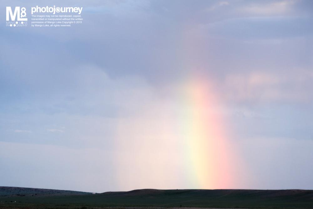 彩虹.The Rainbows   蒙古. Mongolia. 2011 CANON1DMKIII 70-200MM F2.8L 1/100 F4.5 ISO500    我没去过挪威,所以没看过北极光.听说要看极光要靠运气,那神秘迷离的影踪,可遇不可求。   但我却在蒙古看到了超巨大的彩虹,从远方看去,那辽阔的地平线凸出了一支  直径大概60个蒙古包阔度的七彩柱子,  直顶入云,确实梦幻。当然,比起哪神秘的极光,彩虹虽然平凡常见,但如此巨大的彩虹也算是可遇不可求的难得。我是幸运的。
