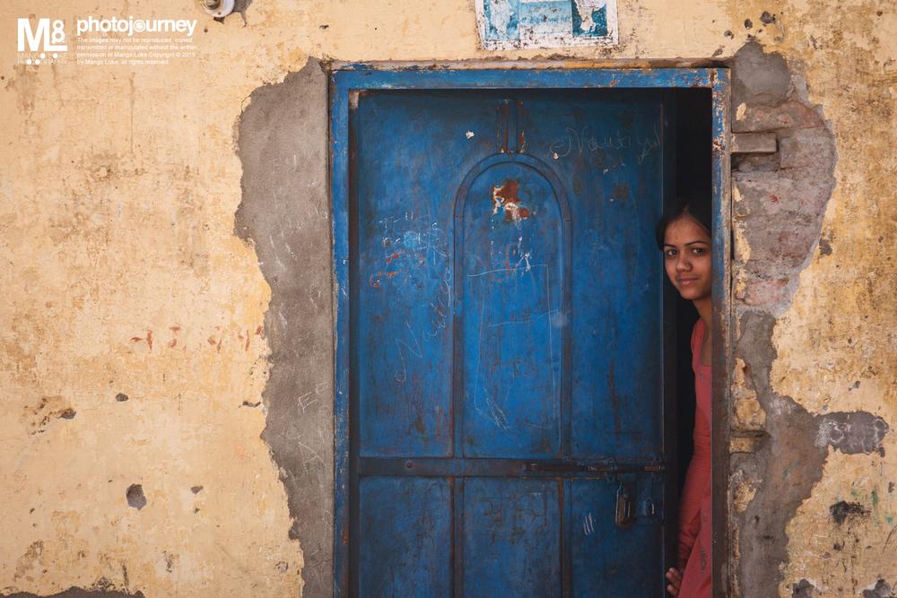 印度少女.The lady in the house India 2011CANON 1DMKIII70-200mm F2.8L 1/400 F2.8ISO200 在印度Solo背包了70天,走了不少地方 一路上体验了各个地方不同的文化与及人事与物,各有各的精彩. 然而,在整个印度的旅程中我注意到一件事 除了在新德里大学区,SHIMLA高原之外,大多数的地方在街上都很少会看到妙龄少女.