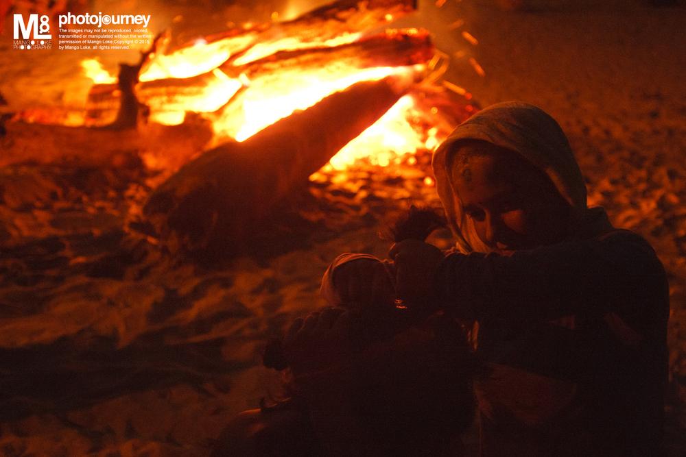 洒红节.前夕. The Holi Eve Rishikesh. India2011CANON 1DMKIII16-35mm F2.8L 1/15F2.8ISO3200 Holi前夕,一名外国游人为另一为游人在经过祭典的篝火前剃发.