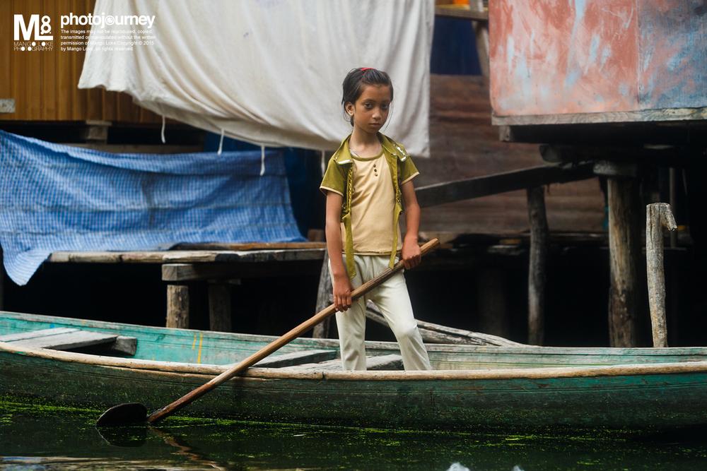 克什米尔的小孩. The Kashmiri Children. Srinagar.India 2013 CANON 1DX 70-200mm F2.8L 1/200 F3.5 ISO1000 生活在Dal Lake里的水上村庄,船是唯一的交通工具 而划船是最基本的必须技能,即使是小孩也能够划似模似样. 我这个旅客,对划船一窍不懂,胆子粗粗租来了一艄船(shikara) 东碰西撞的划进了Dal Lake探索. 我记得当日我划累了 停在湖旁的一间小小的杂货店买饮料的时候 一位当地的妇人抱着一位大概是一岁大的婴儿向我招手 问我是否可以载她出去市镇,因为小孩生病了.虽然我是很想帮她. 但是以我的划船技术,一直撞到出去市镇都应该是天黑了吧 会耽误了小孩看医生的时间. 我推了她的请求,休息了一会,继续的, 撞来撞去. 划船, 不错,好玩 :)