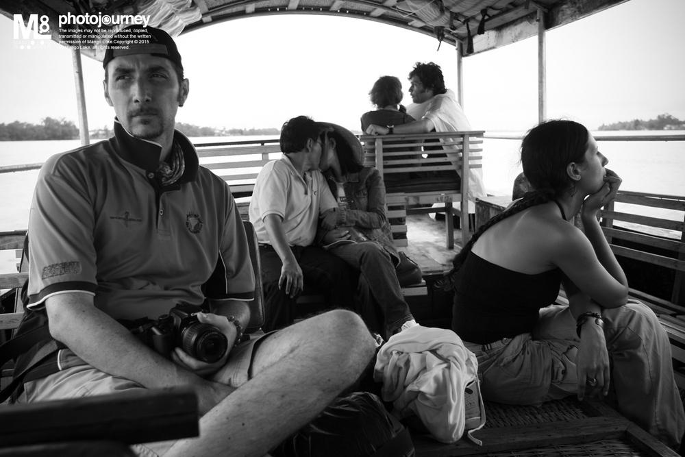 """抱过,吻过,分开. We hug before, We kiss before andnow We apart Vietnam 2008. Canon 1DMKIII 16-35mm f2.8L 1/250 f4.0 ISO200 前几天与相识多年的朋友聊天,聊起了摄影。 她说我多年前有一张照片令她印象深刻, 甚至乎至今就连标题都任然记得清楚. 回到家后立刻由电脑找出七年前的哪一张照片. """"We hug before, We kiss before and now We apart"""". 时间过得真快,如此一闪就七年了. 过去无论是好是坏,都过去了. 留下的一段回忆也已经释怀. 此时听着陈奕迅的歌,""""猜情尋""""好听。 https://www.youtube.com/watch?v=vFASUEFWvpY 猜情尋 曲:吳國敬/孫偉明 詞:林夕 編:吳國敬/孫偉明 遊戲就算輸了亦有限 難過像過山車哪麼辦 前程不管可否錦繡 加燦爛 認真地玩 全心去玩 更好玩 遊戲若有輸也就有贏 除了力氣當然也講命 明明當初貪玩 怎麼想博命 何必面青 何必太驚 快聽聽 *別當你要奮勇血戰 無論聰穎或愚笨  猜猜情尋 雖不如人 不影響你笑臉迎人  沒有說過你要戰勝 留下歡樂便無憾  猜猜情尋 猜猜情尋 玩輸可以勝過別人  多一餐好教訓* 前進後退不過是個夢 搖過蕩過不失個好夢 前程不管可否錦繡 都有用 目標落空 才可有空 放輕鬆 REPEAT* 可以勝過別人 MMH... YEAH REPEAT* YEAH...... 不必當真"""