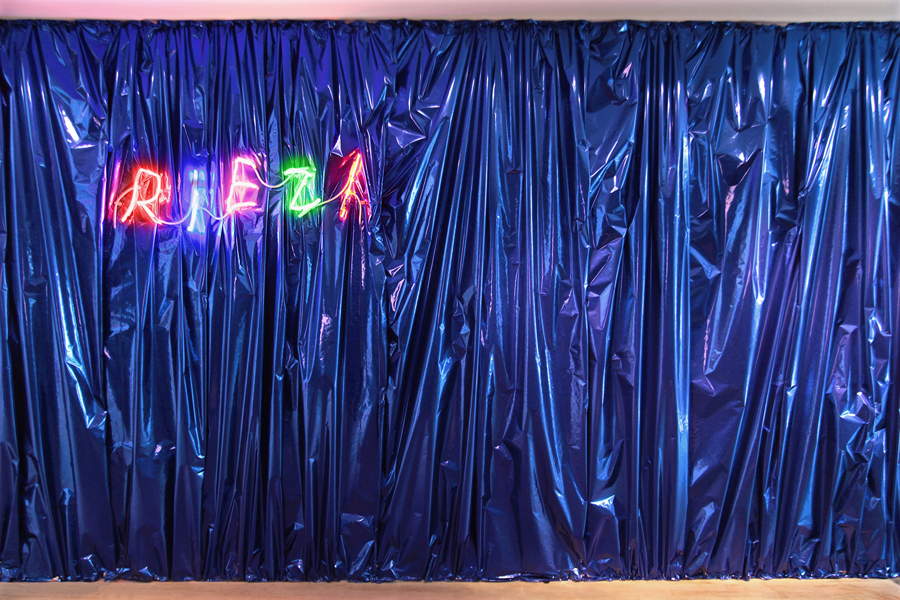 Claude LÉVÈQUE. Riez!, 2012.  Néons multicolores  \ Neons. 32 x 105 cm. Edition of 5. Writing \  Ecriture  Jiaxuan Huang.  Courtesy de l'artiste et Galerie kamel mennour, Paris