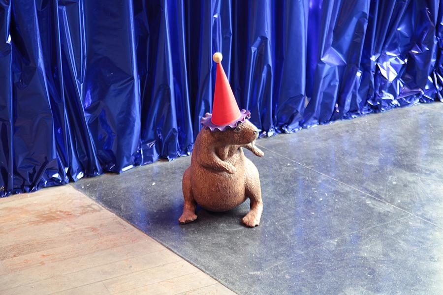 Marnie WEBER. The Dancing Beaver, 2009. Polystyrène, résine et acrylique  \Foam, aqua resin, rubber ball, resin, acrylic paint . 48 x 30,5 x 30,5 cm. Courtesy de l'artiste et Galerie Praz-Delavallade, Paris