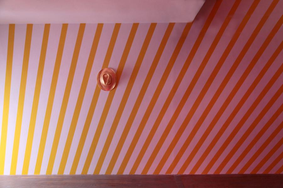 Ann Veronica JANSSENS. Chapeau (Stetson), 2013. Paille, coton, feuille d'or. 12 x 39 x 35 cm. Edition de 3  Straw, cotton, gold leaf . Courtesy de l'artiste et Galerie kamel mennour, Paris   John M ARMLEDER. Zakk Wylde (c), 2004. Wallpainting. Dimensions variables. Courtesy de l'artiste et Galerie Caratsch, Zürich