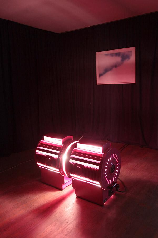 Premier plan  \ : Ange LECCIA. Le baiser, arrangement, 1985-2006. 2 projecteurs  \2 spotlights . 60 x 120 cm. Courtesy de l'artiste et Galerie Almine Rech, Paris / Bruxelles   Arrière plan  \ : Jack PIERSON. Untitled (Sky) 1, 2013. Acrylique sur papier  \Acrylic based lacquer on paper . 57 x 77 cm. Courtesy de l'artiste et Galerie Thaddaeus Ropac, Paris / Salzbourg