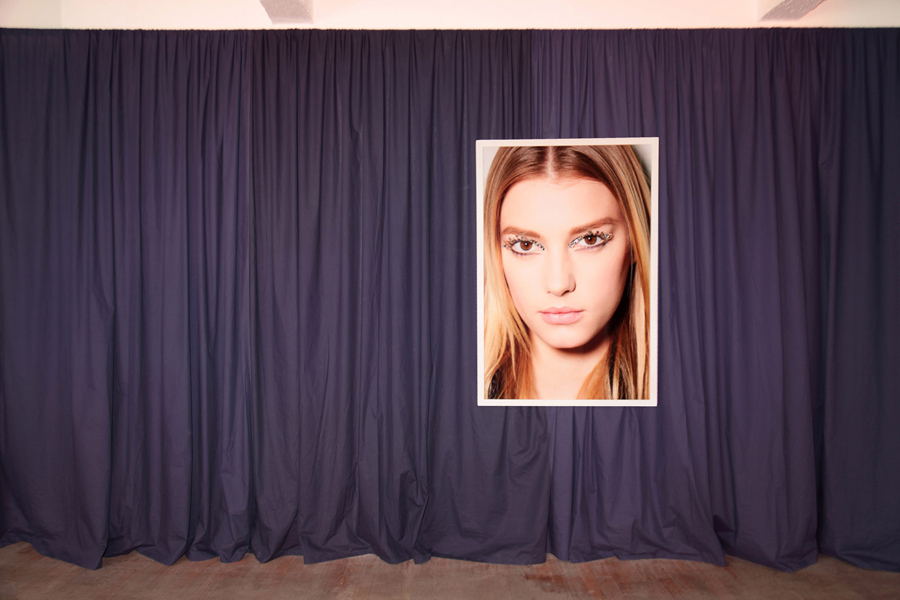 Premier plan  \ Front  : Roe ETHRIDGE. Sigrid, 2013. C-print. 127 x 84 cm. Edition de 5 + 2 EA. Courtesy de l'artiste et Galerie Campoli Presti, Paris / Londres   Arrière plan  \ Background  : Olivier DOLLINGER. You'seen the front and the back of the front door and the back and the front of the back door, 2014. Rideaux, bande sonore  \ Curtains, sound . 7 min. en boucle  \ loop . Courtesy de l'artiste et Galerie Eva Meyer, Paris / Francfort