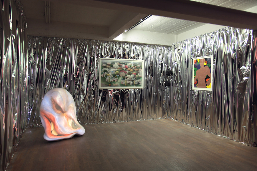 Gauche  \  Left : Tony OURSLER. Thaw, 2003. Fibre de verre, projection video, haut-parleurs  \ Fiberglass, video projection, speakers . 119,5 x 114,5 cm. 11'12''. Performer Tracy Leipold. Courtesy de l'artiste et Galerie JGM., Paris    Arrière plan  \  Background : John M ARMLEDER. Untitled, 2001. Oeuvre murale, papier argent métallisé  \ Wallpiece, silver metallic foil . Dimensions variables. Courtesy de l'artiste et Galerie Caratsch, Zürich