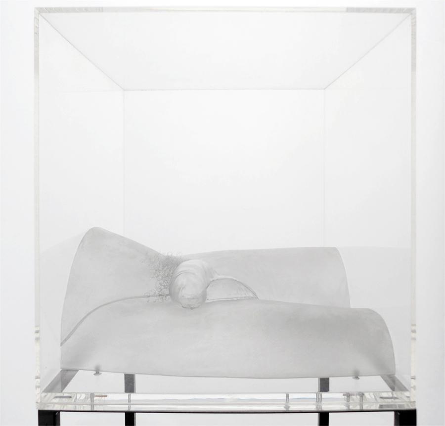 Angélique   Bout du monde  , 2013.  Polytéréphtalate d'éthylène thermoformable, structure métallique et caisson de plexiglas. 34,5 x 34 x 34 cm