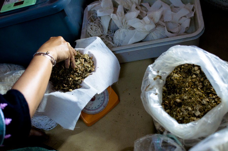thai-herbal-compress-making.jpg