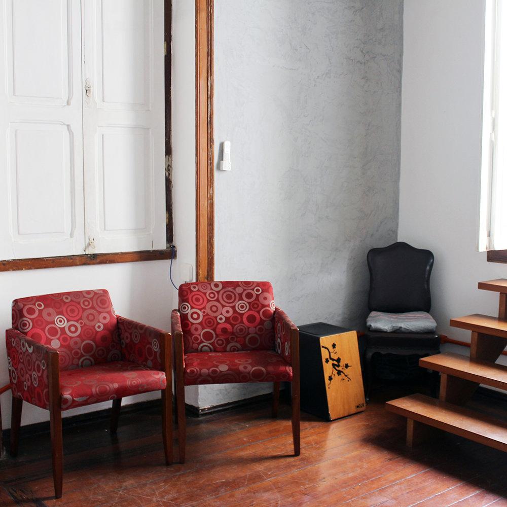 Lounge - Reunir a equipe para traçar as próximas metas ou realizar um campeonato de video game. Nosso lounge foi projetado para proporcionar um ambiente de descompressão. Equipado com maquinas Nespresso e Dolce Gusto, filtro, frigobar, cadeiras, puff, video game e TV.