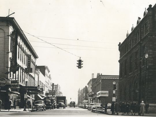 Pearl Street with 2-way Traffic during the 1940s.