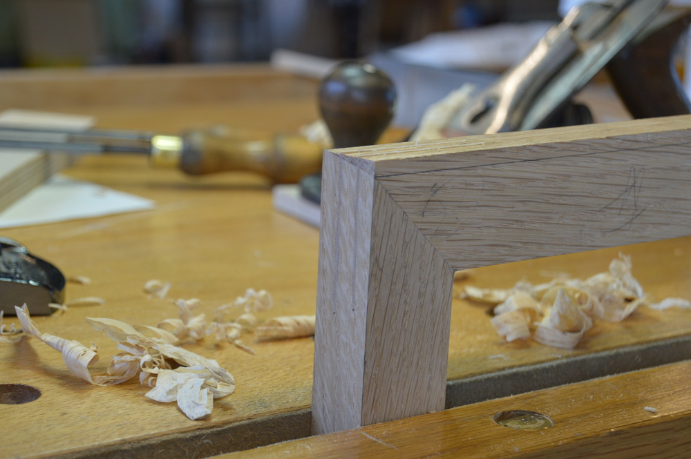 Oak picture frame with mitered joints, strengthened veneer splines