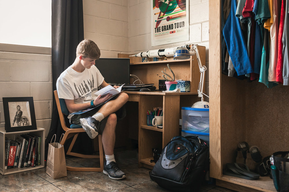 Senior-guy-college-dorm-Orlando-pictures-photograper.jpg
