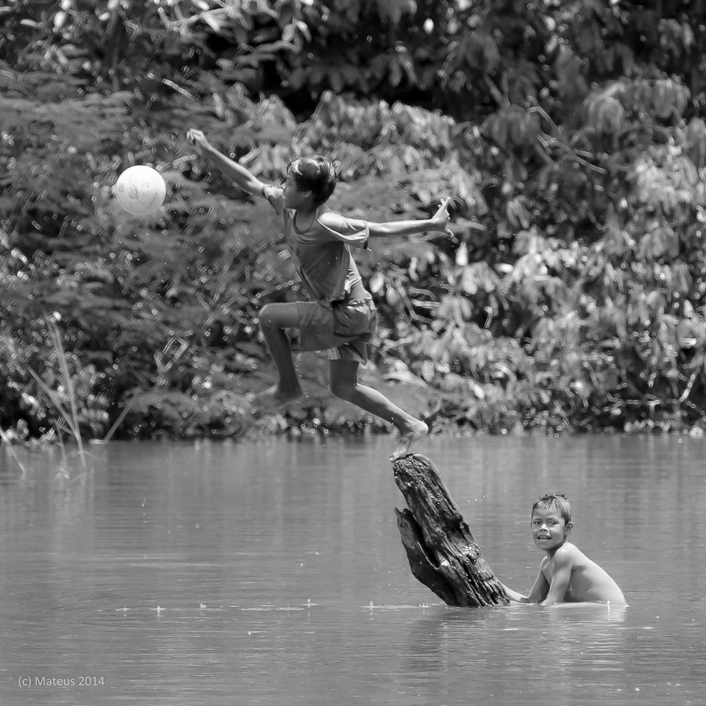 Children playing in San Martin de Amacayuca, Amazonas, Colombia. Minor edits made to the image. By Carlos Eduardo Mateus. Available here.