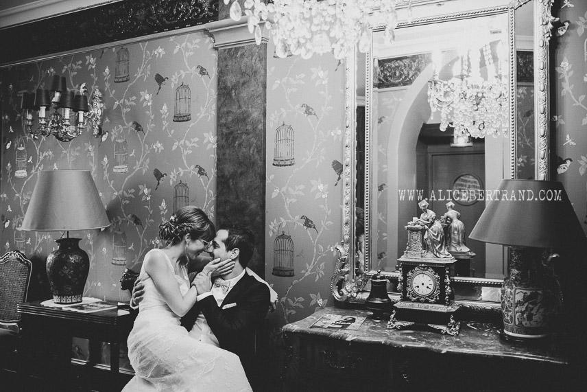 alice-bertrand-seance-couple-maries-chateau-apigne-004.jpg