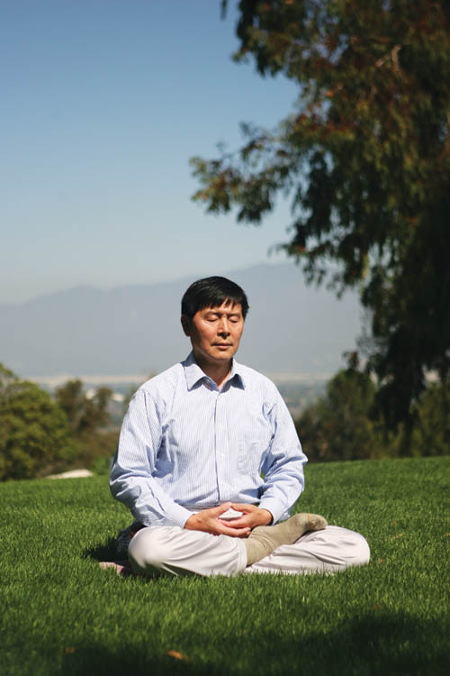 Li Youfu practicing the fifth meditative exercise of Falun Gong: non-action. Based on years of experience in practicing martial arts and Chinese medicine, Li believes this meditation can open energy channels inside the body and help people reach tranquility both physically and spiritually; it is one of the best ways to keep fit, he says.
