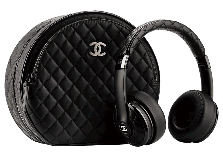 Chanel Black leather headphone with its case   chanel.com