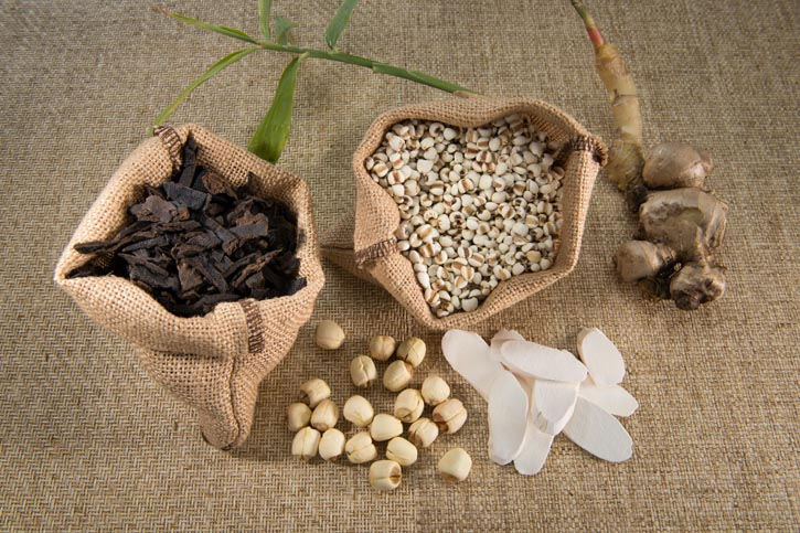 Rinse and core lotus seeds; dip Chinese yam in water; rinse dried tangerine or mandarin peel and ginger; fry Job's Tears seeds in wok until they turn yellow.