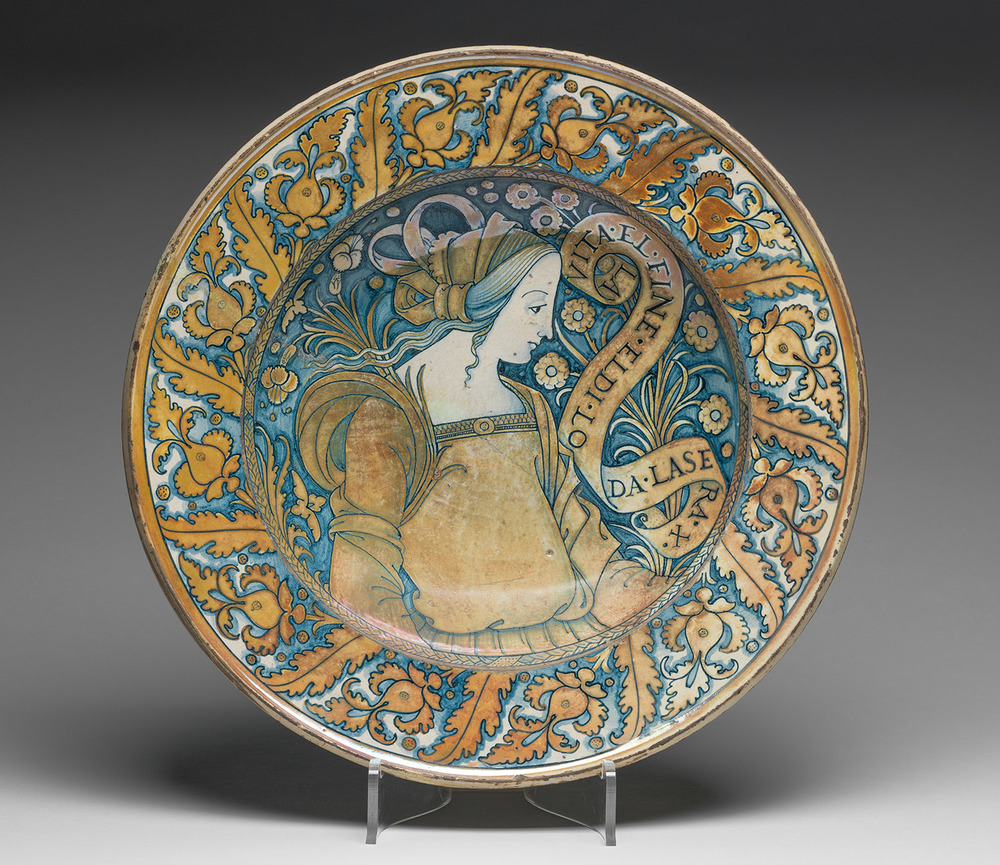 Deruta Bella Donna plate, tin glazed Earthenware, Umbria, Italy c. 1500–1530. 30.5 cm in diameter. (The Fitzwilliam Museum, Cambridge, England)
