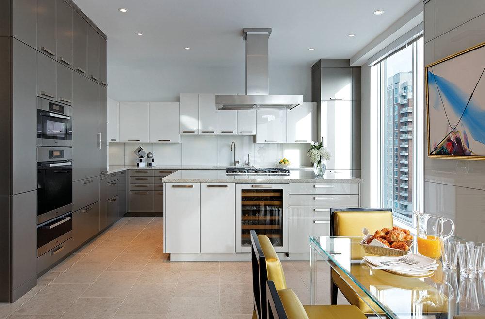 廚房與浴室一樣採用了現代的簡潔設計,訂製櫥櫃由Rational打造。整體灰色與白色的統一色調讓這兩處空間不會與其它風格更為古典的空間產生疏離感。