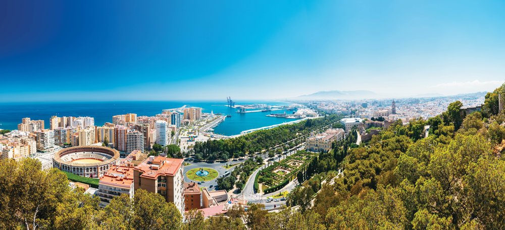 俯瞰馬拉加的城市風光,古老的Malagueta鬥牛場矗立其間;Grisha Bruev / Shutterstock.com