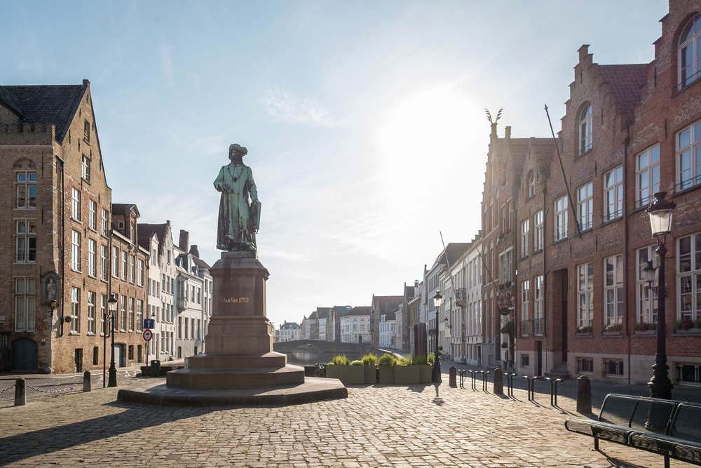 Statue of Jan van Eyck; Market Square decorated for the Christmas holiday; Lisa-Lisa / Shutterstock.com;