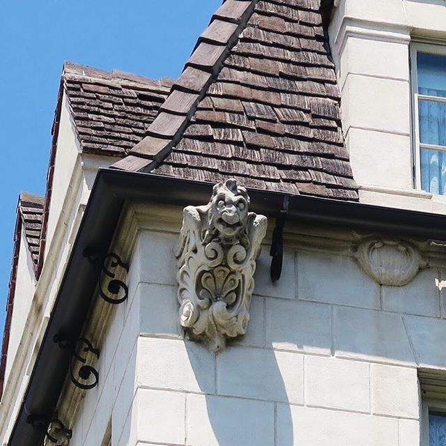 Grotesques, often mistaken for gargoyles, refer to decorative, stone-carved mythical figures in architecture. 🗿⚜️🐺 Gargoyles refer to decorative mythical figures that spout water 💦 This grotesque is featured on Château Élysée, Historic Cultural Monument No. 329 in Los Angeles. #historicLA #historicarchitecture #losangeles #historicculturalmonument #chateauelysee #arthurharvey #architecture #historicpreservation #archdaily #grotesques #gargoyles #grotesque #gargoyle #preservation #fbf #funfacts #architectural #architecturalphotography #chateauesque #chateauesquearchitecture #1929