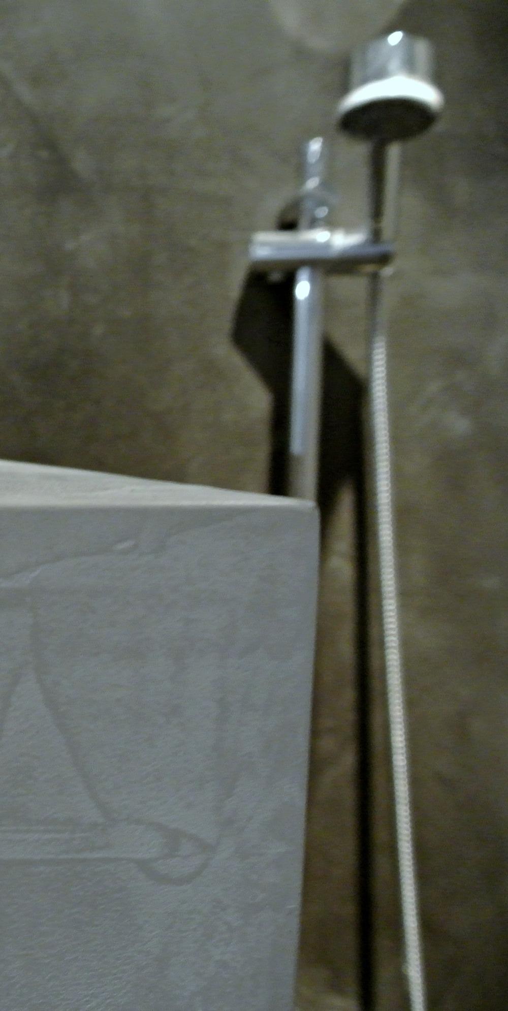 beton-look-badkamer-koos-broek.jpg