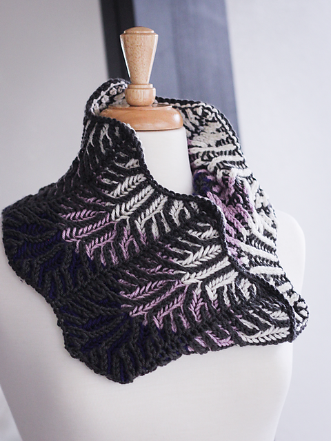 Lilac Vines Cowl (Ewe Ewe Yarns, featuring Wooly Worsted): a four-color ombre-style cowl worked with a brioche rib design overtop - simple but stunning!