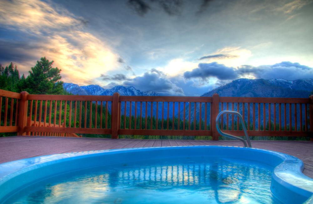 Hot tub under the Cascade sky