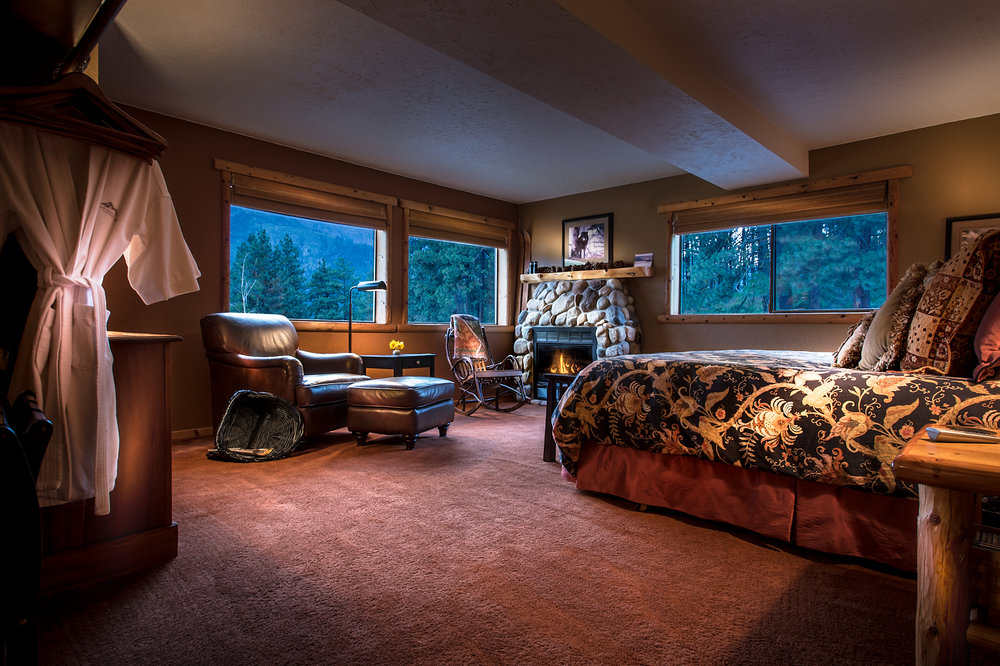 The Cascade Suite - Our spacious lodge suite, majestic mountain view with king bed, jacuzzi and river rock fireplace.