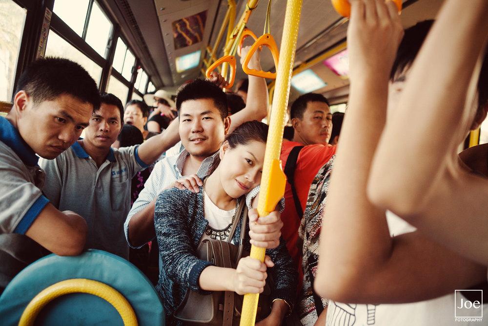"""路環有時不好""""打的""""(攔計程車),所以就搭公車。海外旅遊婚紗,整個紀錄就是一種呈現。時而隨性,照片就是獨一無二 :)"""