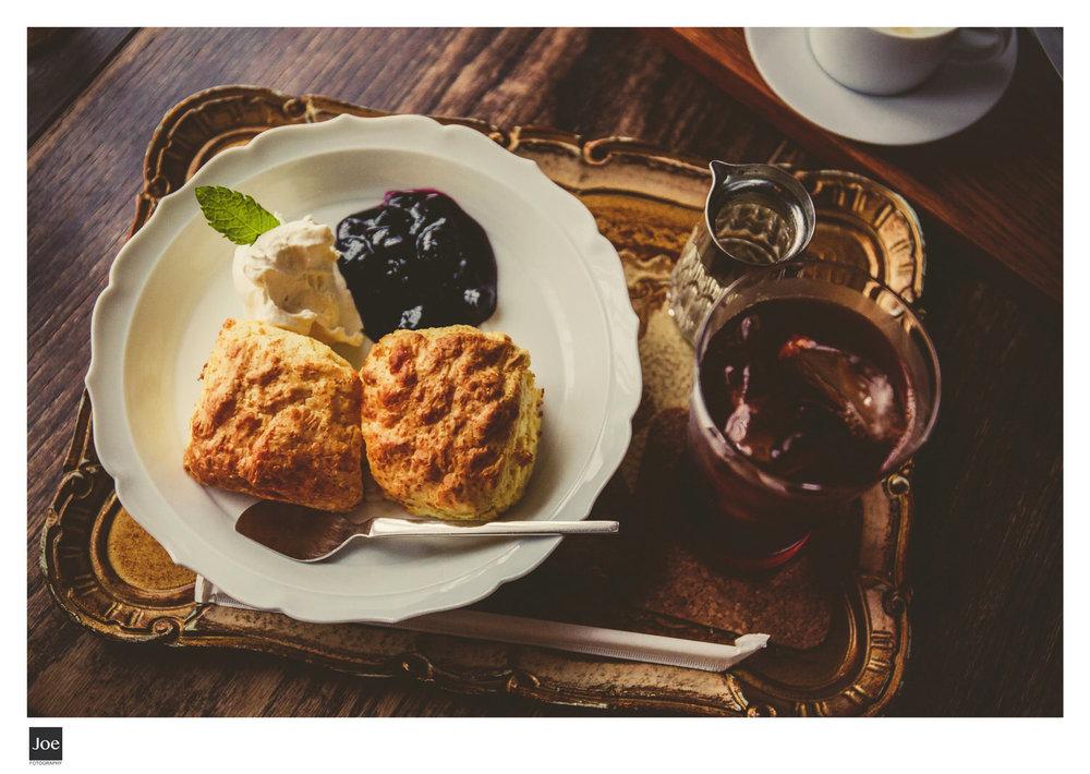 就是這個Scone!!建議先吃原味,感受麵粉的味道,再來拌點特調鮮奶油,最後在混著藍莓醬😋。
