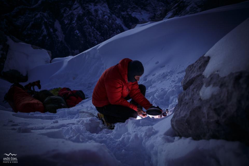 Dušan je prvi vstal in pričel s taljenjem snega.