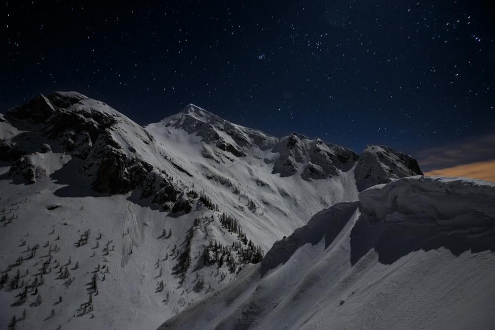 Zimska pokrajina obsijana z luno.