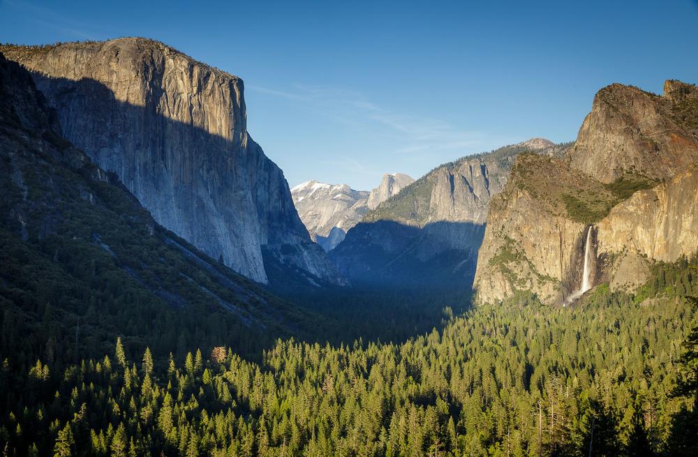 Dolina in istoimenski Nacionalni Park Yosemite. Na levi zaščitni znak parka - El Capitan!
