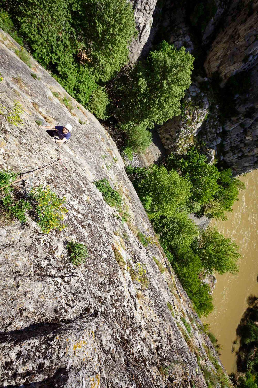 Večraztežajno plezanje ob ustju kanjona, kjer se voda steka v reko Vardar.