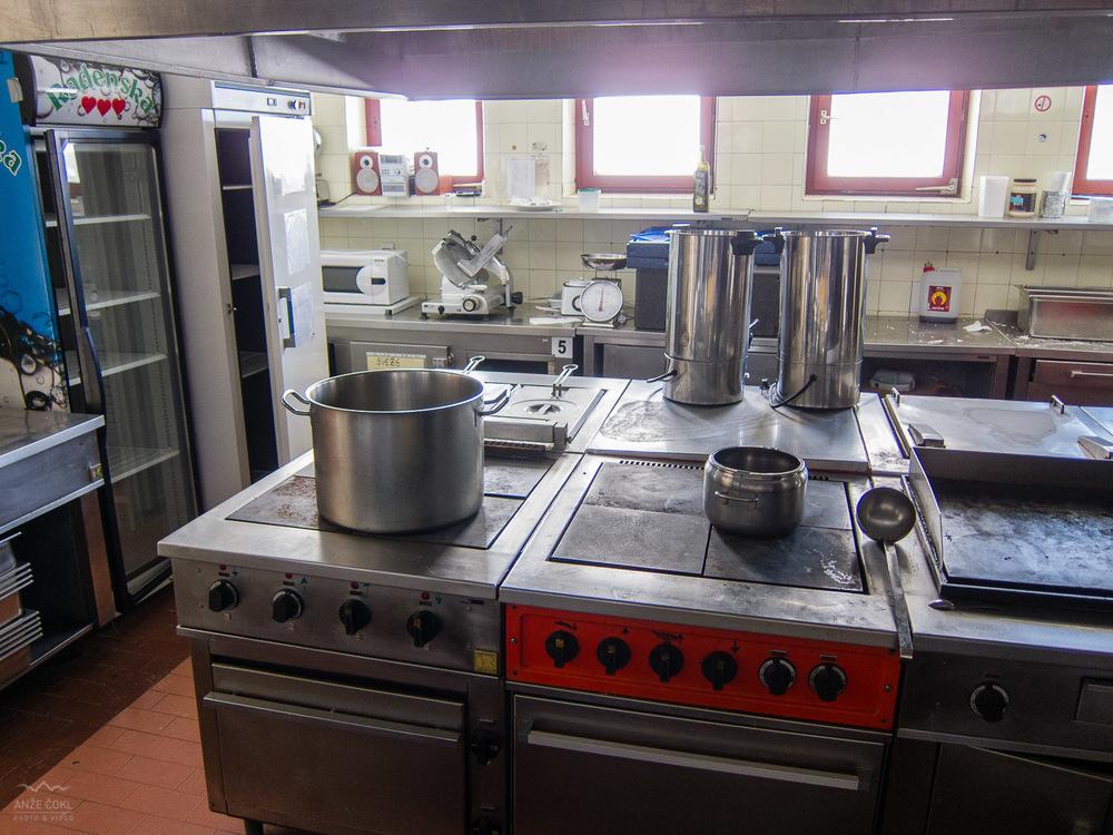 V kuhinji so še lonci in ostali kuhinjski inventar