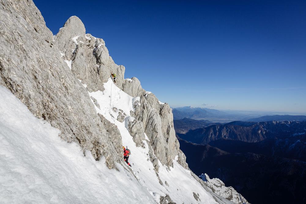 Spust z vrha stolpa na sneg.