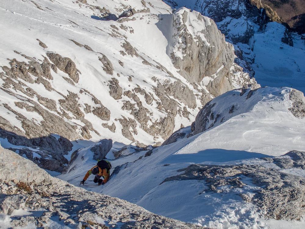 Dule praska po skali. Zgleden primer zafrknjenih razmer, ko je na skali premalo snega za oporo nogam. Foto: Marko Albreht