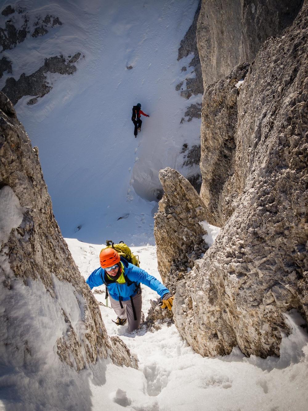 Plezanje zadenjsko oziroma navzdol je ob grebenskem prečenju neobhodno. Foto: Marko Albreht