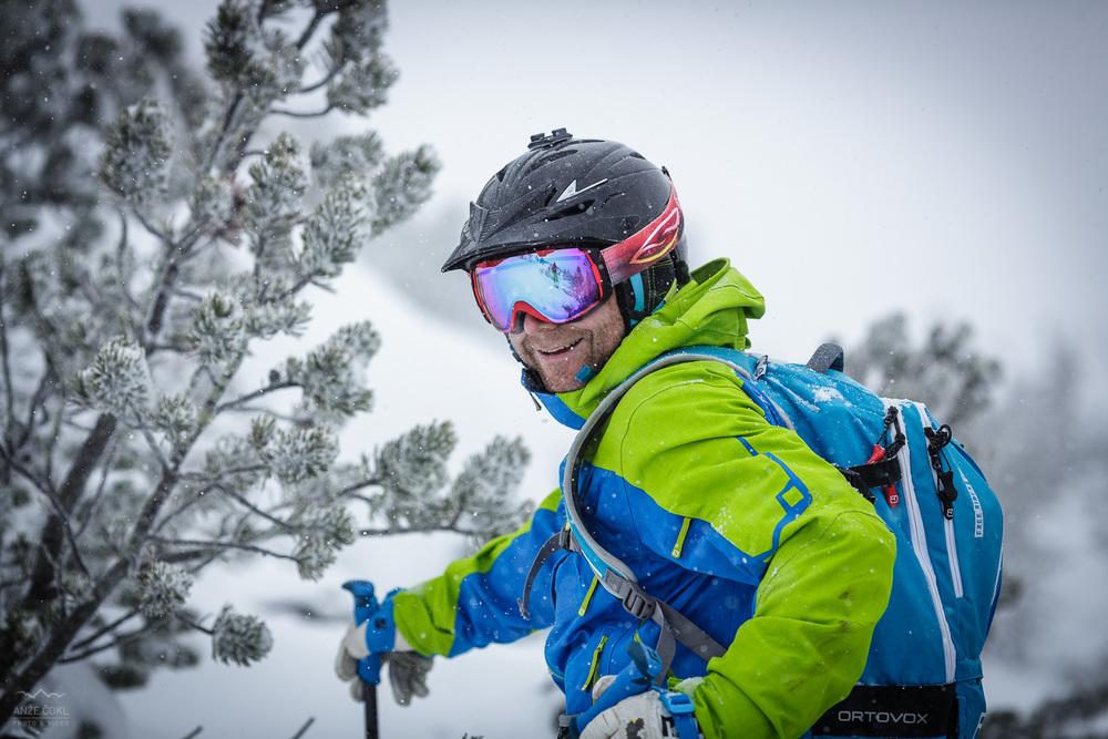 Grega v iskanju snega med rušjem.
